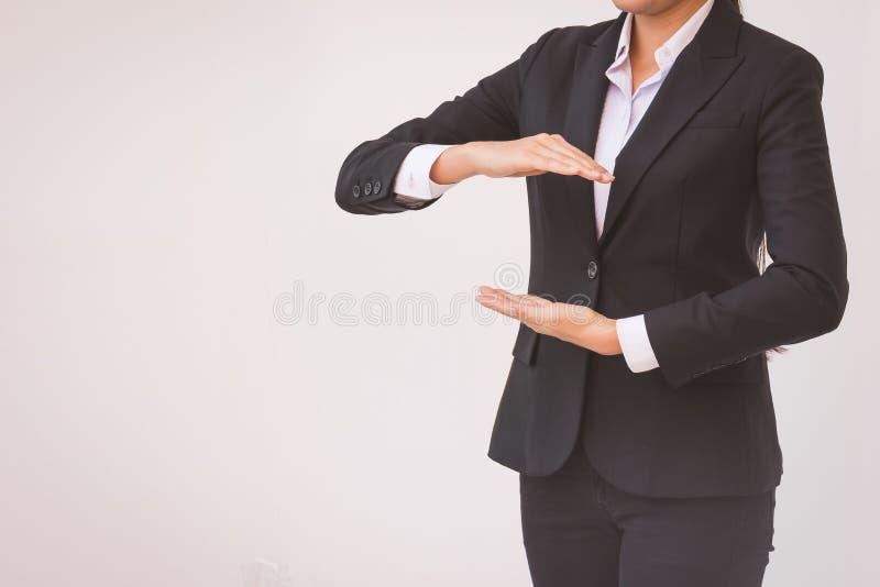 Mão estendido da mulher de negócios para a aplicação Negócio do conceito foto de stock royalty free