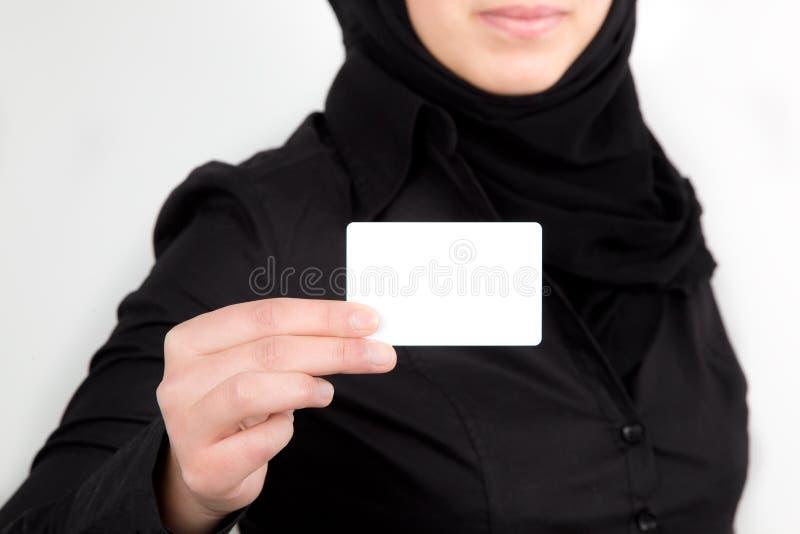 Mão fêmea árabe que prende o businesscard branco fotos de stock