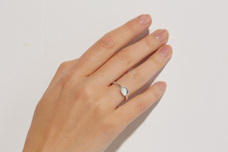 Mão fêmea com anéis fotografia de stock