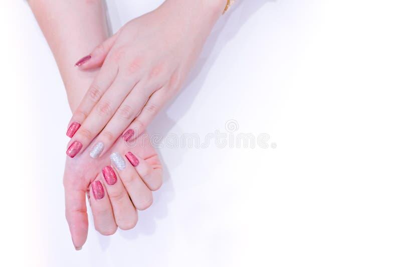 Mão fêmea com polimento vermelho do gel da cor do holograma imagem de stock royalty free