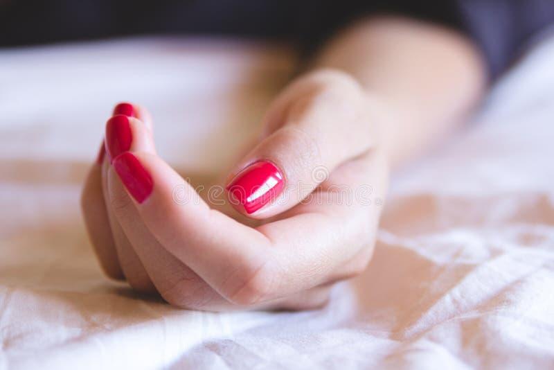 Mão fêmea com pregos vermelhos fotografia de stock royalty free