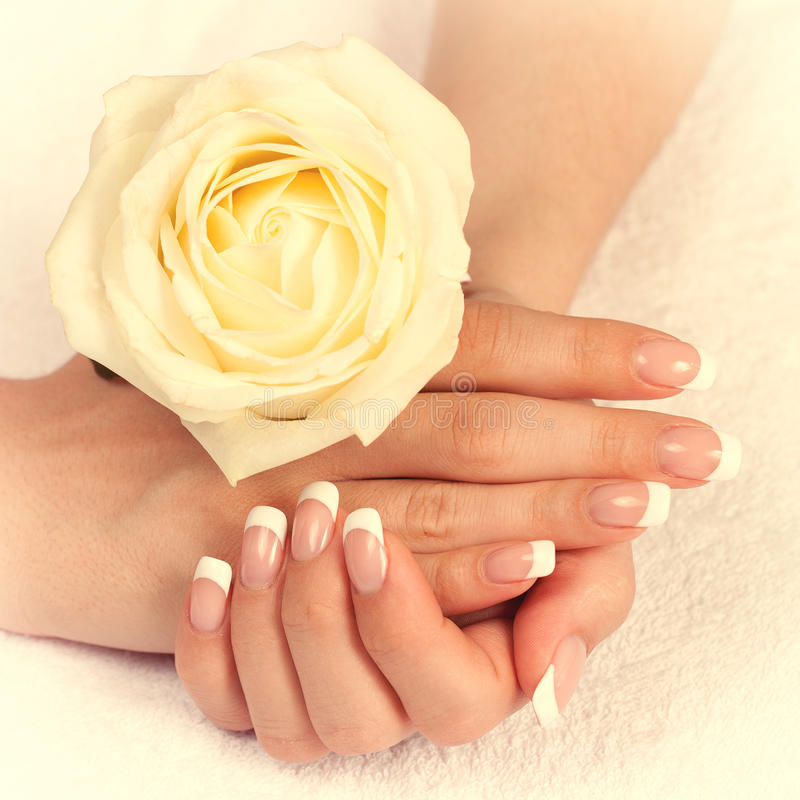 Mão fêmea com tratamento de mãos francês foto de stock royalty free