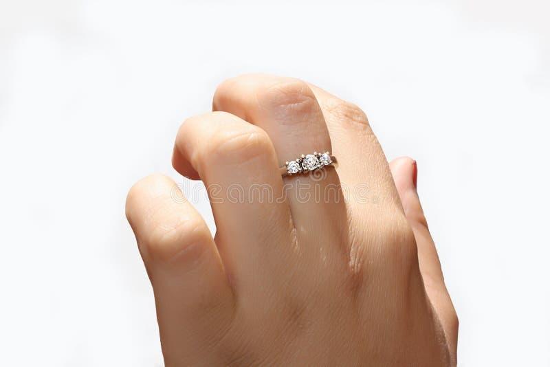 Mão fêmea com um anel do ouro branco imagem de stock royalty free