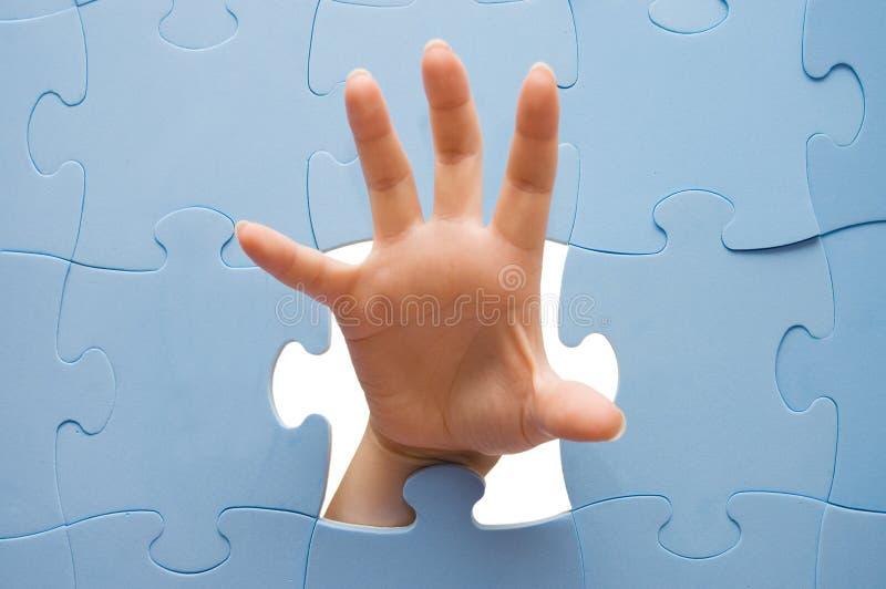 Download Mão fêmea com um enigma foto de stock. Imagem de jogos - 12801194