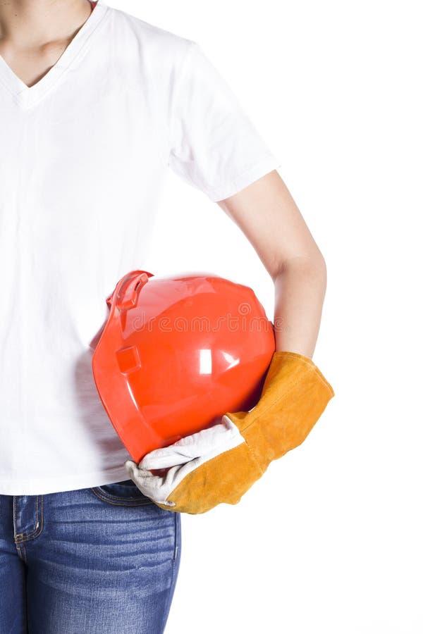 Mão fêmea do coordenador que guarda o capacete vermelho foto de stock royalty free