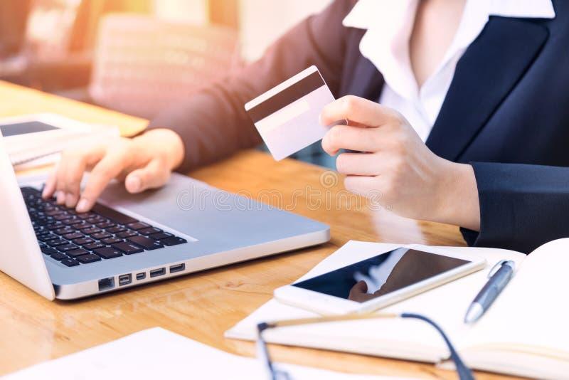 Mão fêmea do ` s da mulher de negócio que guarda o cartão de crédito imagens de stock royalty free