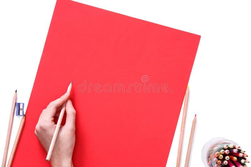 A mão fêmea está pronta para tirar com corrige no papel vermelho Isolado no branco imagem de stock