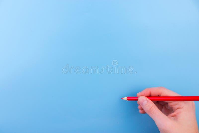 A mão fêmea está pronta para tirar com marcador vermelho fotos de stock royalty free