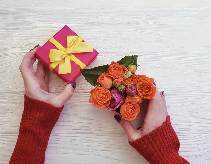 A mão fêmea guarda da celebração romance da flor do vintage da surpresa da caixa de presente a curva romântica, flor cor-de-rosa  imagens de stock royalty free