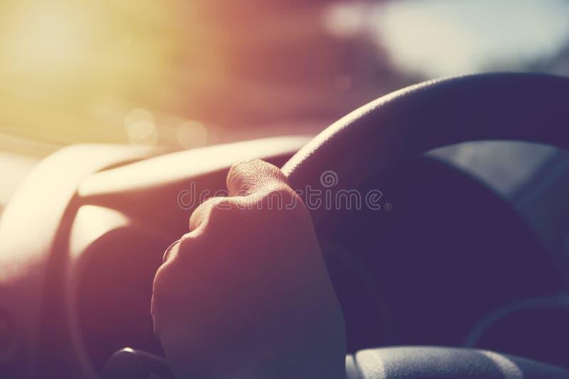 Mão fêmea no volante imagens de stock royalty free