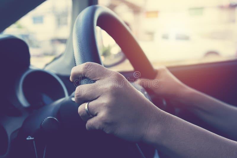 Mão fêmea no volante foto de stock royalty free