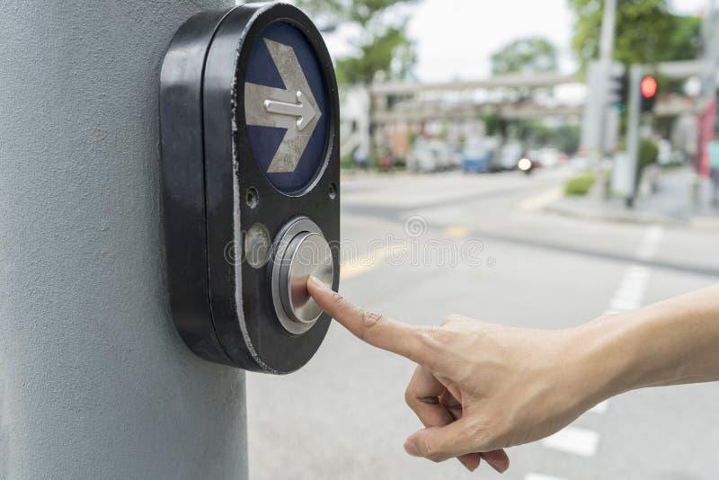 Mão fêmea que empurra o botão para o sinal imagens de stock royalty free