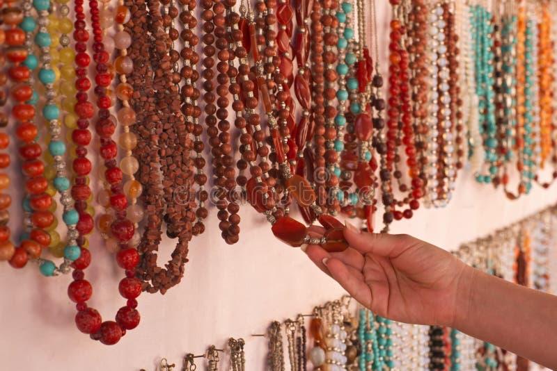 A mão fêmea que escolhe uma pedra perla imagens de stock royalty free