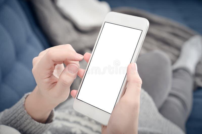 Mão fêmea que guarda o telefone celular branco fotos de stock