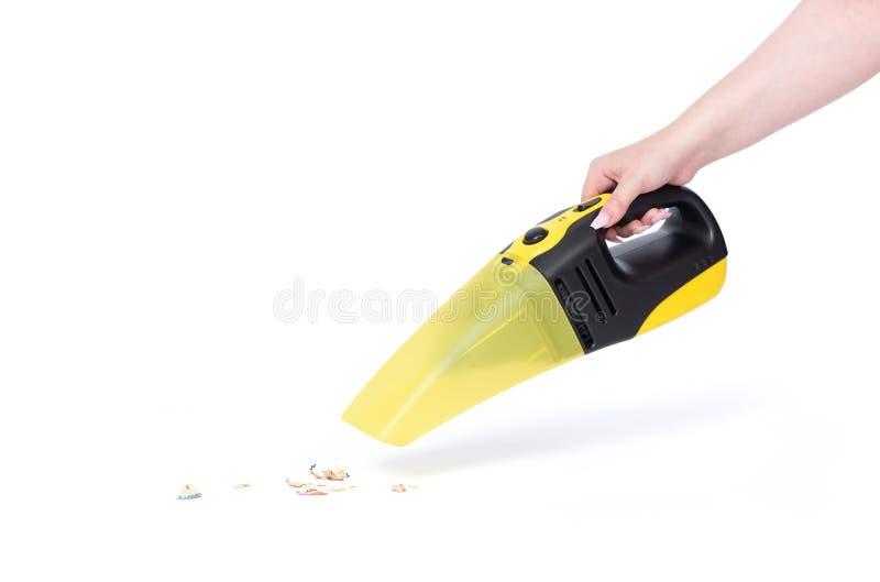 Mão fêmea que guarda um aspirador de p30 portátil que limpa a casa, isolada no fundo branco O arquivo contem um trajeto ? isola?? fotos de stock