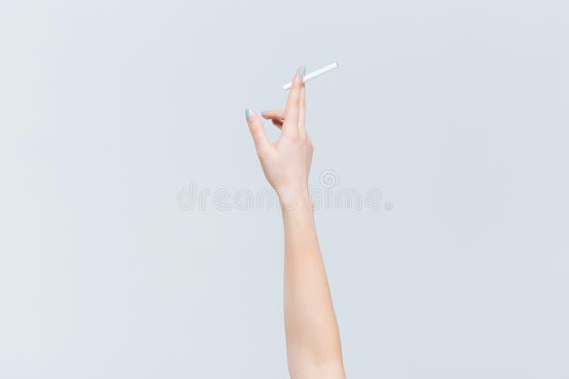Mão fêmea que guardara o cigarro fotos de stock royalty free