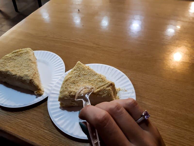 A mão fêmea quer a comer a torta fotos de stock royalty free