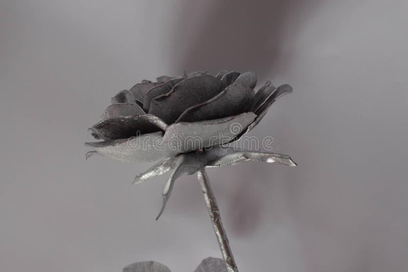 A mão forjada aumentou Feito a mão de Rosa forjado do metal em uma parte traseira branca fotos de stock royalty free