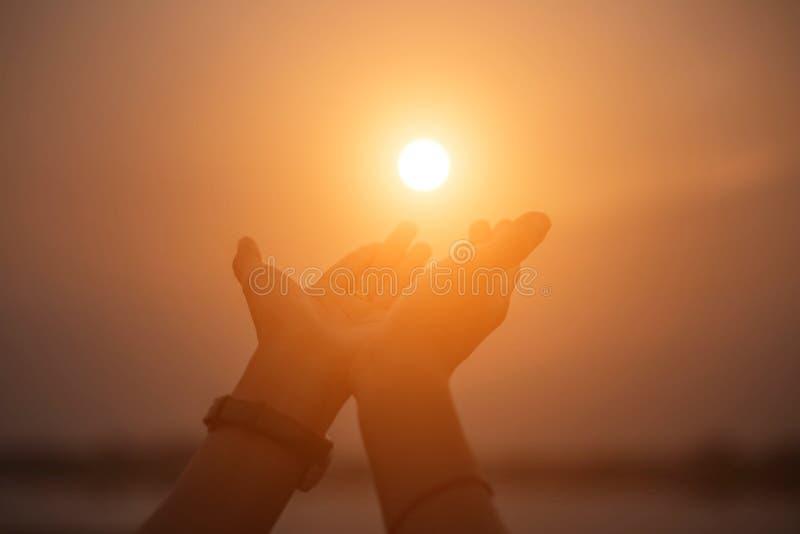 Mão-forma da mostra da mulher para o Sun foto de stock