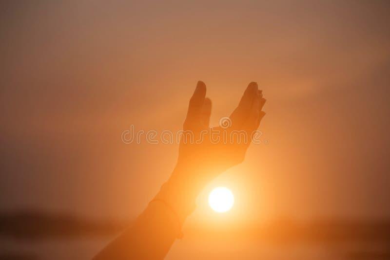 Mão-forma da mostra da mulher para o Sun imagem de stock royalty free
