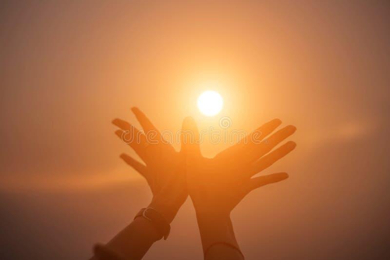 Mão-forma da mostra da mulher para o Sun fotos de stock royalty free
