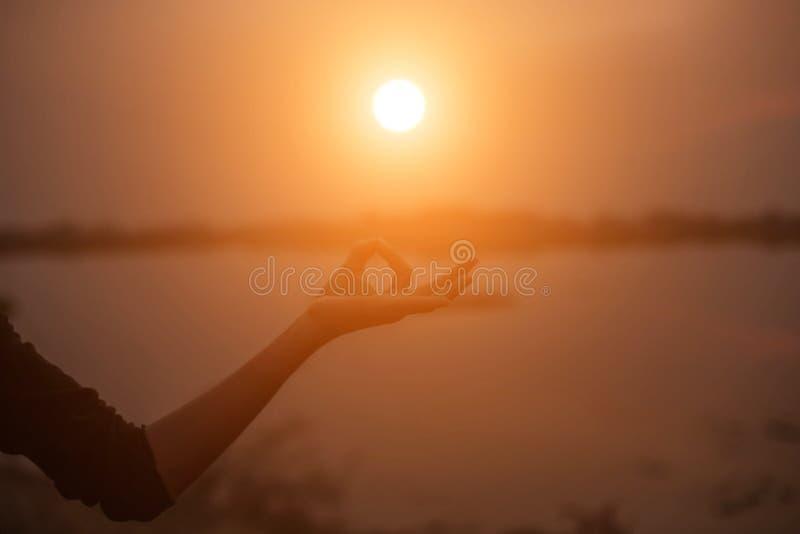 Mão-forma da mostra da mulher para o Sun fotografia de stock