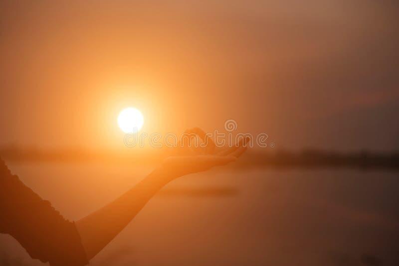 Mão-forma da mostra da mulher para o Sun foto de stock royalty free