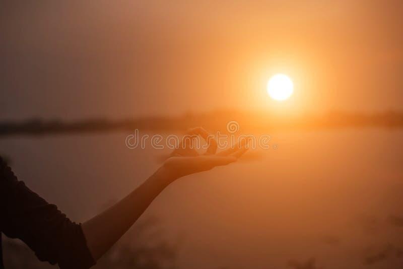 Mão-forma da mostra da mulher para o Sun imagens de stock royalty free
