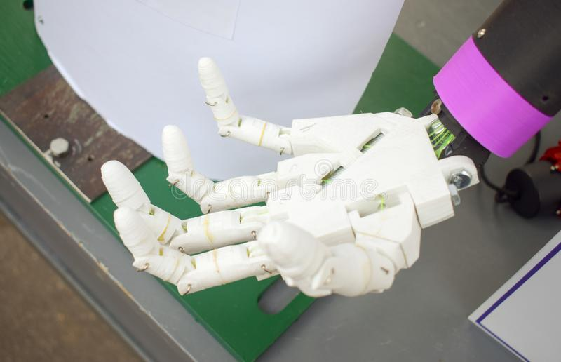Mão futurista do homem, braço branco do robô impresso em uma impressora 3d fotografia de stock