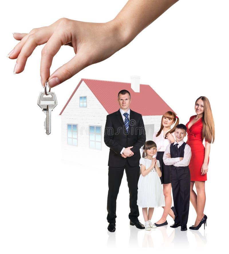 A mão grande dá chaves à família nova foto de stock royalty free