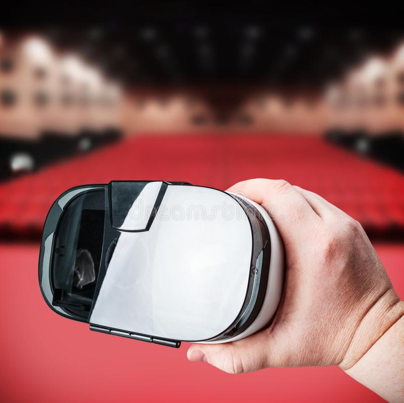 A mão guarda vidros da realidade virtual fotografia de stock
