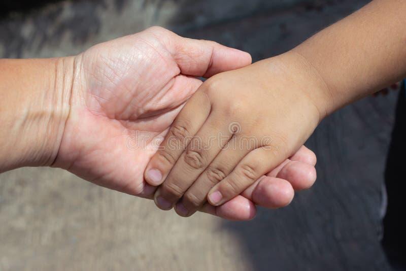 Mão guardando adulta das crianças para ciao o conceito e do amor fotografia de stock royalty free