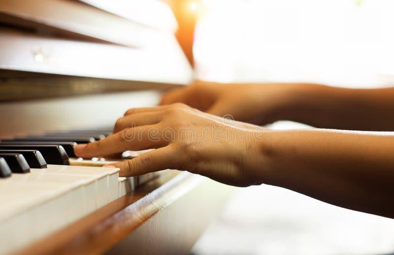A mão humana está pressionando em chaves do piano, mostra como jogar a música do piano fotos de stock