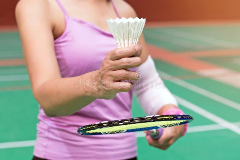 mão idosa do jogador do badminton, cuidados médicos da mulher adulta do close up imagens de stock