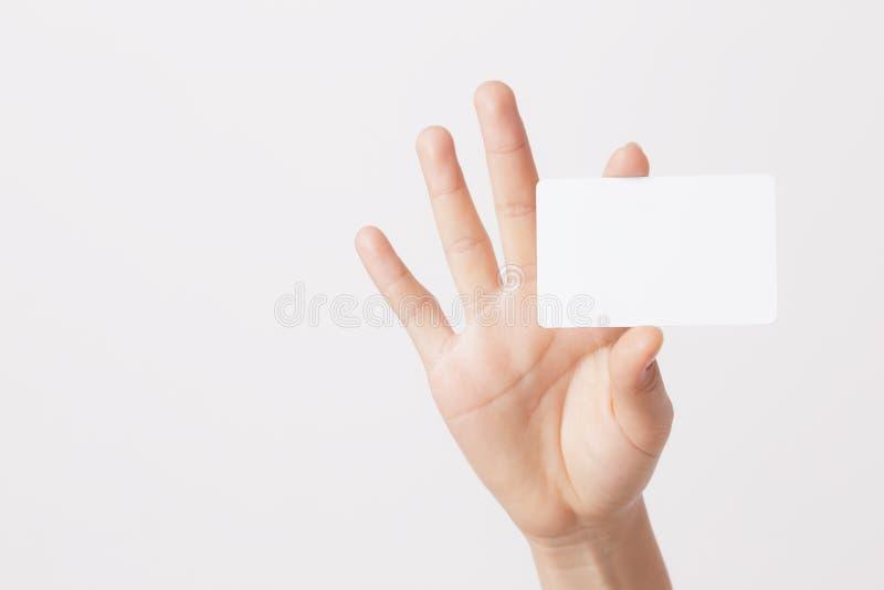 Mão isolada que guarda o cartão vazio no fundo branco imagem de stock royalty free