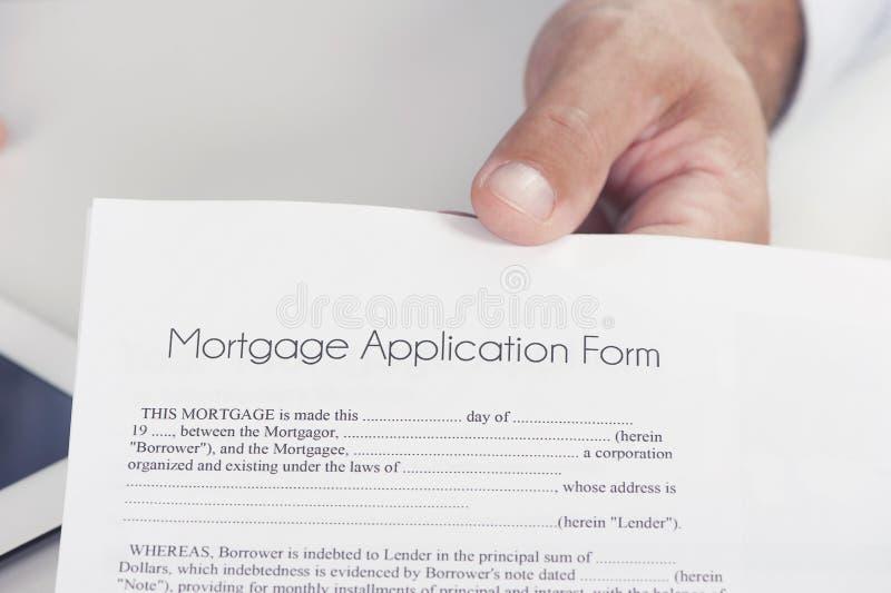 A mão masculina apresenta um original da hipoteca imagem de stock