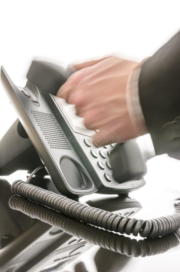 Mão masculina borrada usando um telefone imagem de stock