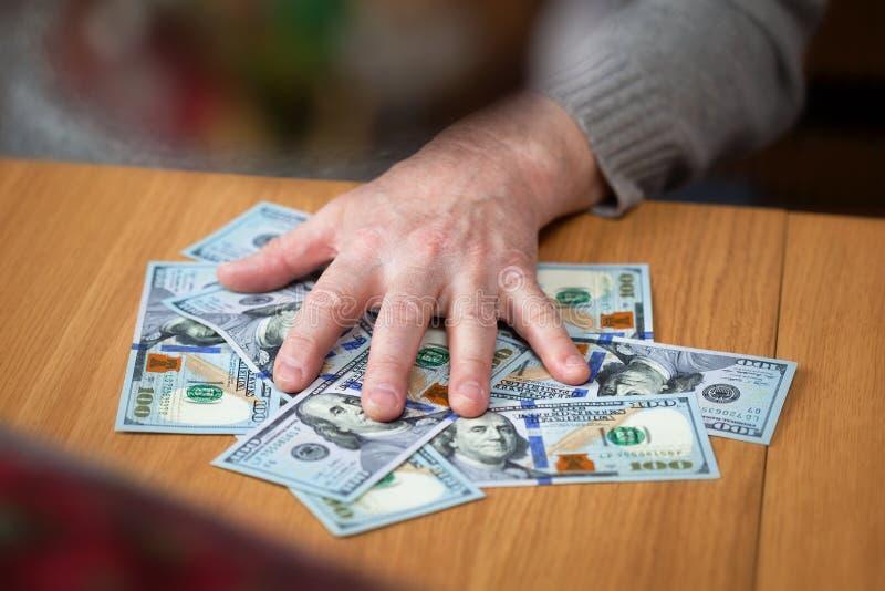Mão masculina e cem notas de dólar imagens de stock