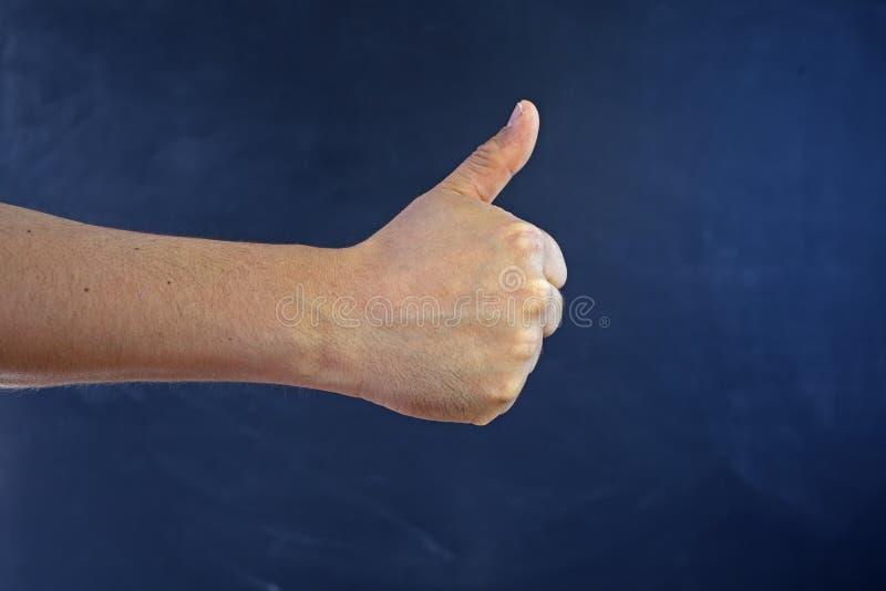A mão masculina faz a classe que do gesto tudo é APROVADA imagens de stock