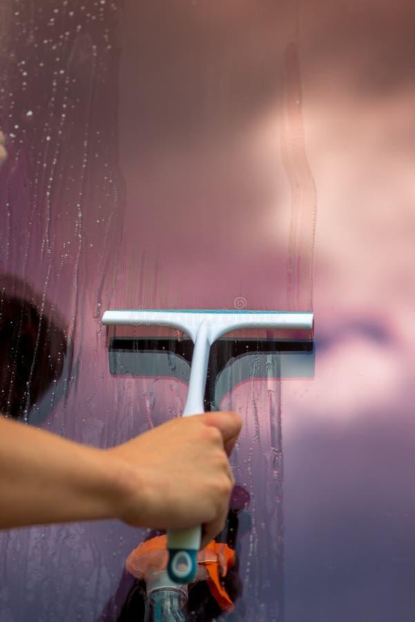 mão masculina - ferramenta da limpeza de vidro foto de stock