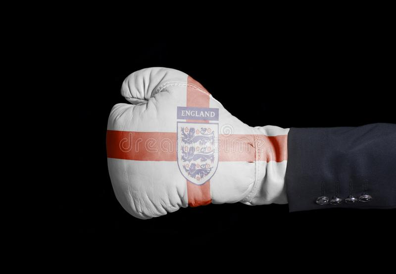 Mão masculina na luva de encaixotamento com futebol nacional Team Flag de Inglaterra do futebol de três leões foto de stock royalty free