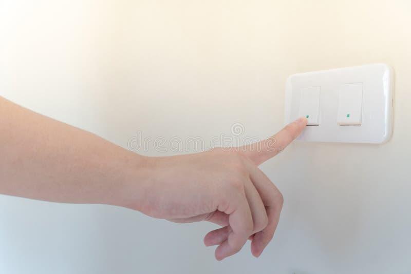Mão masculina que desliga a luz Economia de energia foto de stock royalty free