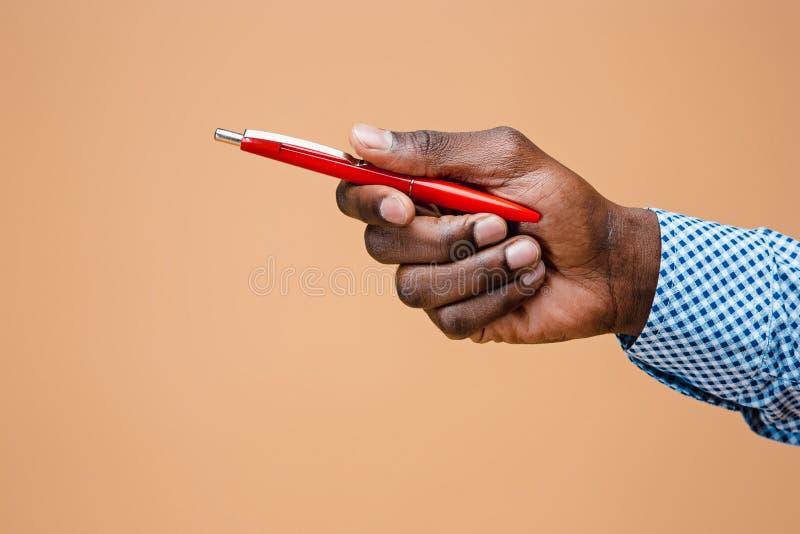 Mão masculina que guarda o lápis, isolado foto de stock royalty free