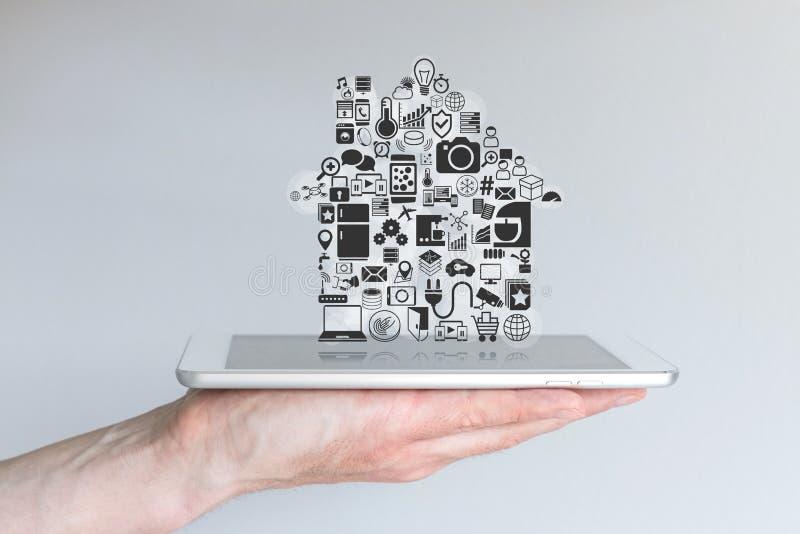 Mão masculina que guarda o tablet pc Conceito da domótica e da computação móvel espertas imagens de stock royalty free