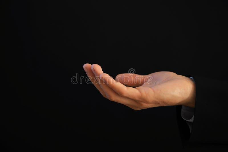 Mão masculina que guardara algo foto de stock