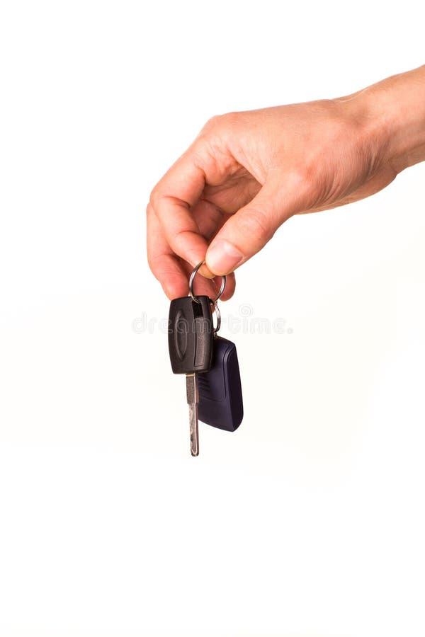 Mão masculina que guardara uma chave do carro fotografia de stock