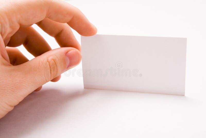 Mão masculina que prende o cartão em branco foto de stock