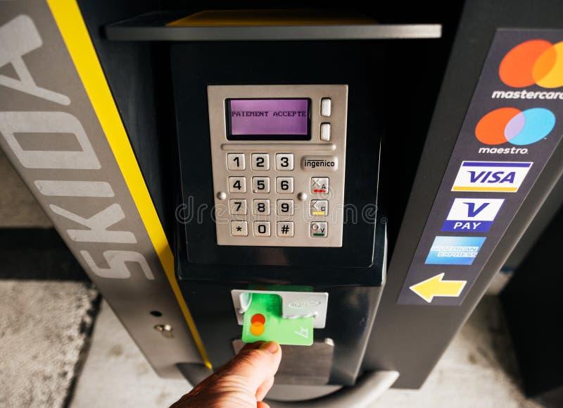 Mão masculina que toma o cartão fora da máquina de estacionamento imagens de stock royalty free