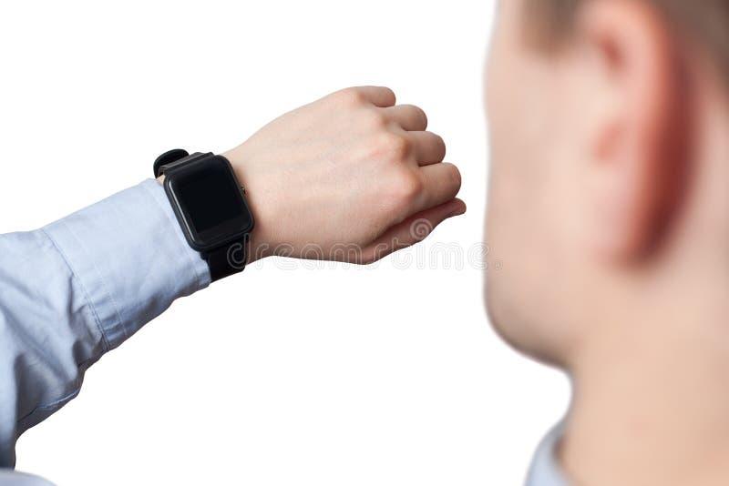 Mão masculina que veste o relógio esperto com a tela vazia no fundo branco fotos de stock