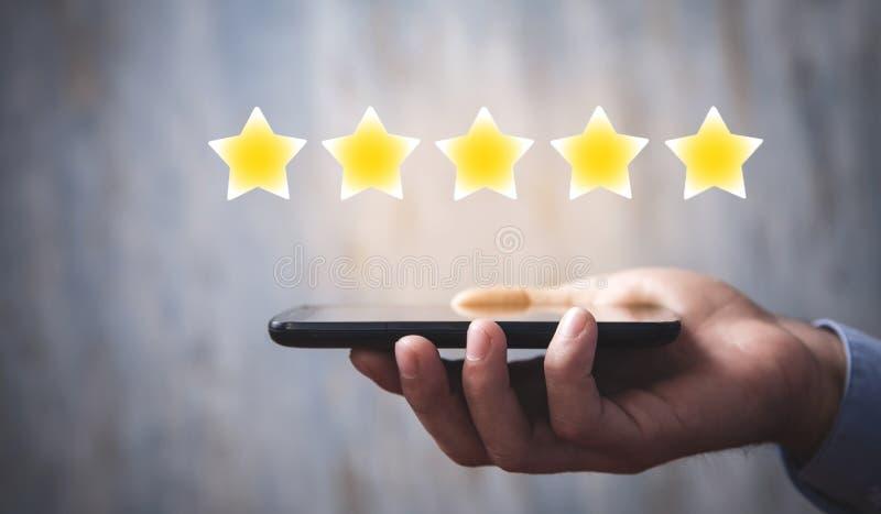 Mão masculina segurando smartphone Classificação de estrelas Avaliação e análise positiva fotos de stock royalty free
